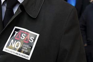Los abogados jóvenes retoman las protestas contra las tasas judiciales
