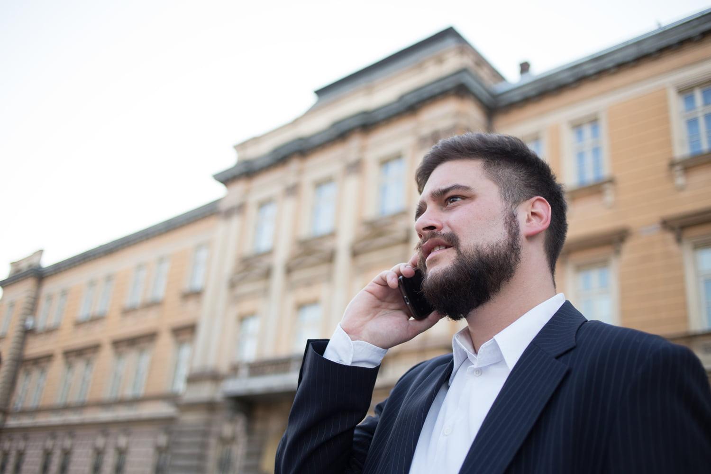 ¿Es seguro hablar con clientes a través del móvil?