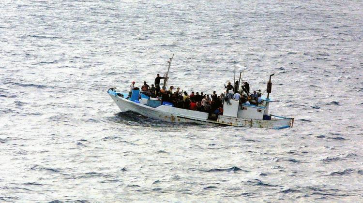 Las disposiciones de la Directiva sobre los refugiados que permiten a un Estado miembro denegar o revocar el estatuto de refugiado son compatibles con el Derecho de la Unión